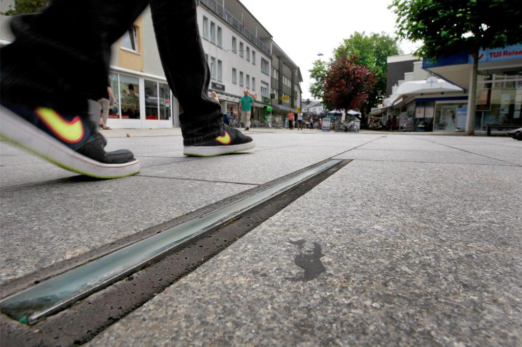 Das endgültige Aus für die effektvollen Bodenleuchten auf dem Willy-Brandt-Platz. bei Sanierungsarbeiten ab 7. Juli werden die Einlässe durch Metallplatten abgedeckt.