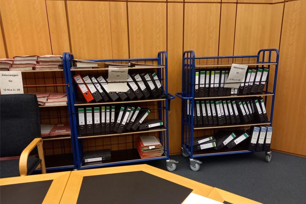 Rund 80 Ordner auf drei Wagen umfassen die Akten zum Nagelstudio-Prozess, die die Wachtmeister an jedem Sitzungstag in den großen Saal des Landgerichts Münster schieben.