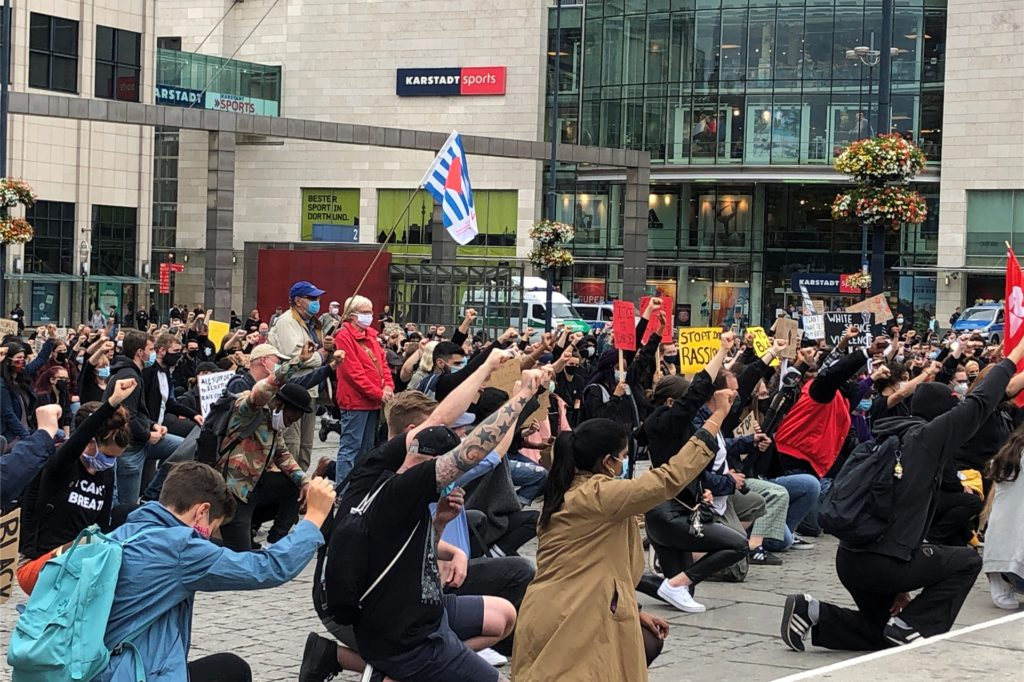 Die Teilnehmer der Demonstration auf dem Hansaplatz knieten nieder, um auf die Diskriminierung Schwarzer Menschen und anderer durch Rassismus Betroffener hinzuweisen.