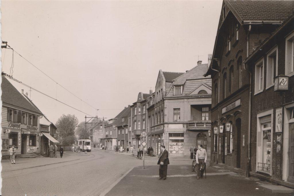 Historische Fotos von Massen, wie hier die Straßenbahnlinie, sollen eine große Rolle in dme Buch spielen.