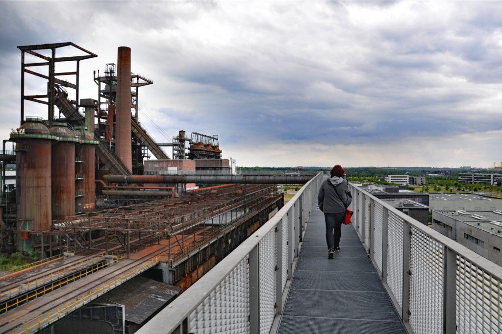 Flanieren mit Aussicht: Der Skywalk auf Phoenix-West in Dortmunds Süden führt in die alte Hochofenanlage.