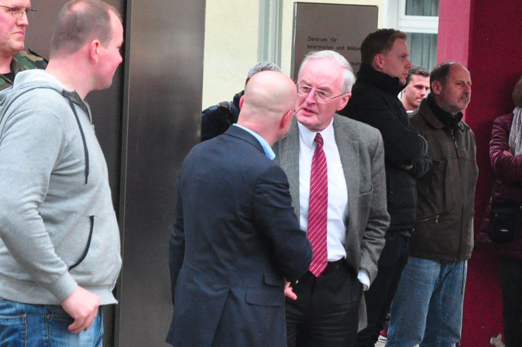 Angeregtes Gespräch unter Rechtsextremisten am Rande der AfD-Kundgebung in Unna 2016: der AfD-Politiker Andreas Kalbitz und der Vorsitzende des NPD-Kreisverbandes Unna, Hans-Jochen Voß.