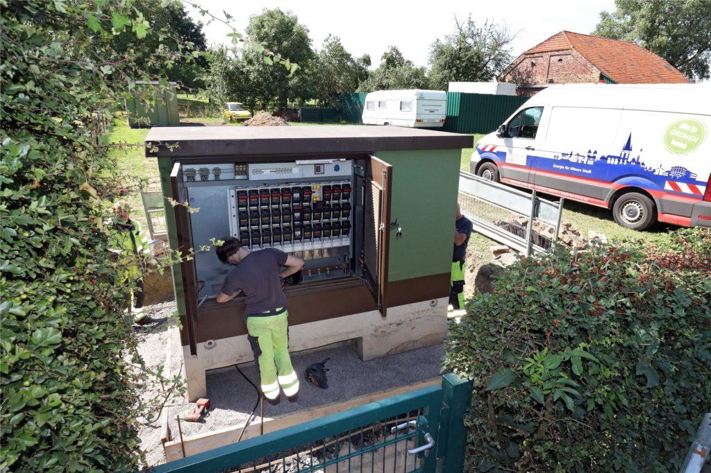 Die Stromstation steht nun an der Werler Straße. Das Umkabeln und Tiefbauarbeiten werden noch rund drei Wochen dauern, dann geht die Anlage in Betrieb.