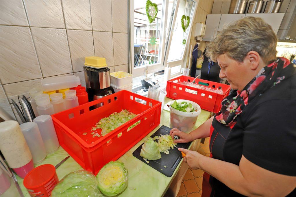 Auch während des harten Corona-Lockdowns waren Andrea Baumgartl und ihre Kolleginnen in der Küche (Bild) und hinter der Theke aktiv.
