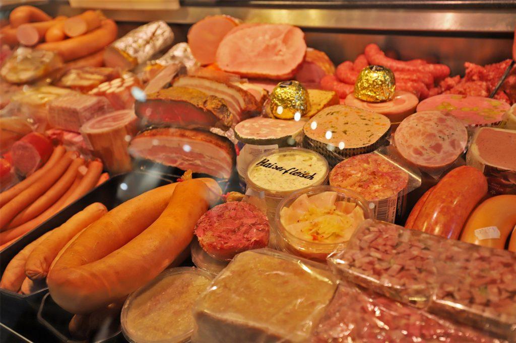 Thomas Weljehausen bekommt Schweinefleisch und Rindfleisch ausschließlich aus dem Sauerland, geschlachtet werden die Tiere auf dem Unnaer Hof von Christoph Jedowski. Da, so ist er sich sicher, geht alles mit rechten Dingen zu.