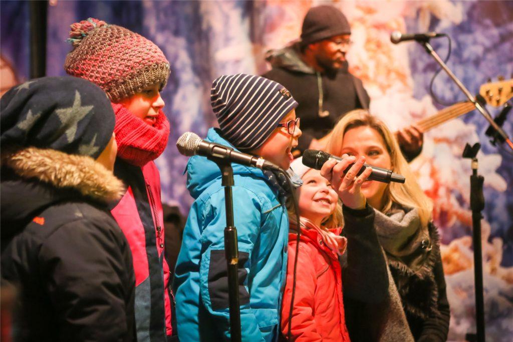Zusammen singen auf und vor der Bühne auf dem Alten Markt: Das gehört seit Jahren zum Weihnachtsmarkt in Unna dazu. Ob es im Jahr der Corona-Pandemie stattfinden kann, scheint höchst ungewiss.