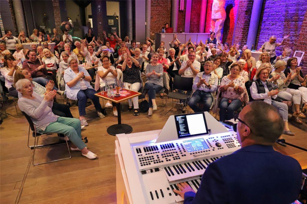 Mitsingkonzert in der Fröndenberger Kulturschmiede: Wenn Thomas Weber den Entertainer macht, gibt es beim Publikum kein Halten mehr.