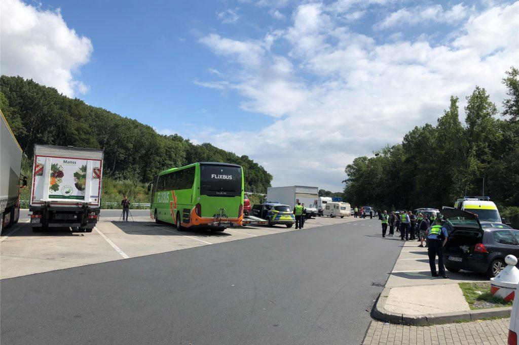 Auf dem Parkplatz Kolberg an der A2 in Richtung Hannover ist am Mittwoch viel los. Der Grund: Umfangreiche LKW-Kontrollen der Kreispolizeibehörde Unna, gemeinsam mit dem Landesamt für Ausbildung, Fortbildung und Personalangelegenheiten (LAFP) sowie dem Zoll.