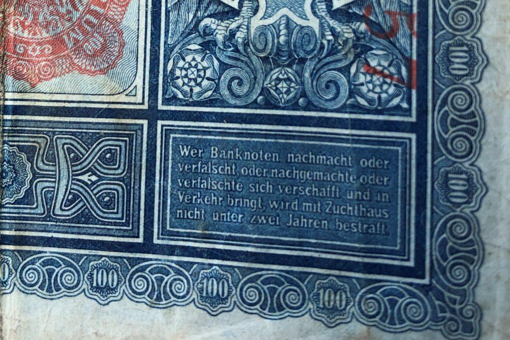 Diese Einhundert-Marknote trägt den Hinweis, was demjenigen droht, der sie fälscht oder in Umlauf bringt: Mindestens zwei Jahre Zuchthaus.