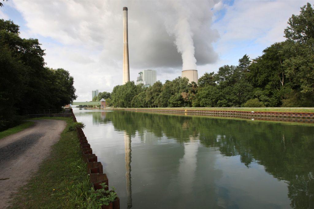 Das Kraftwerk liegt am Datteln-Hamm-Kanal in Bergkamen und hat sogar einen eigenen Hafen für die Kohleanlieferung.
