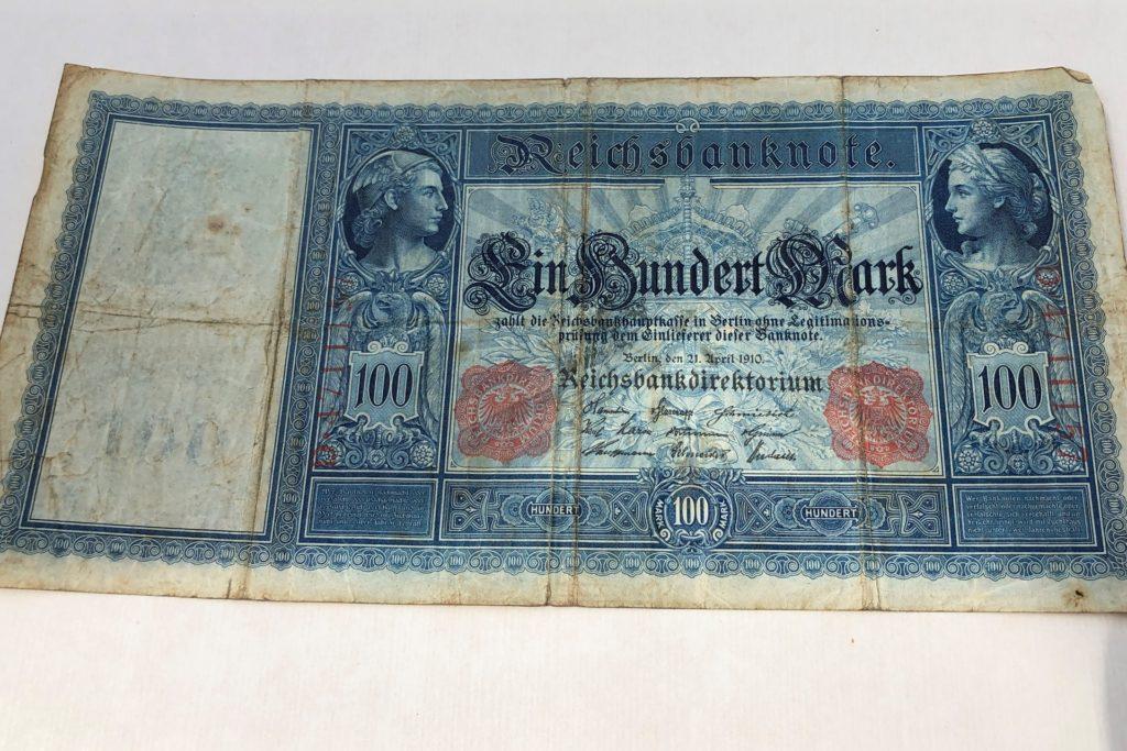 Einhundert Mark: Dieser 1910 gedruckte Geldschein verspricht mehr als er halten konnte, als Diederich Lente ihn 1922 als Teil seines Lohnes auf der Zeche Massen erhielt. Durch die Inflation war das Geld immer weniger wert.