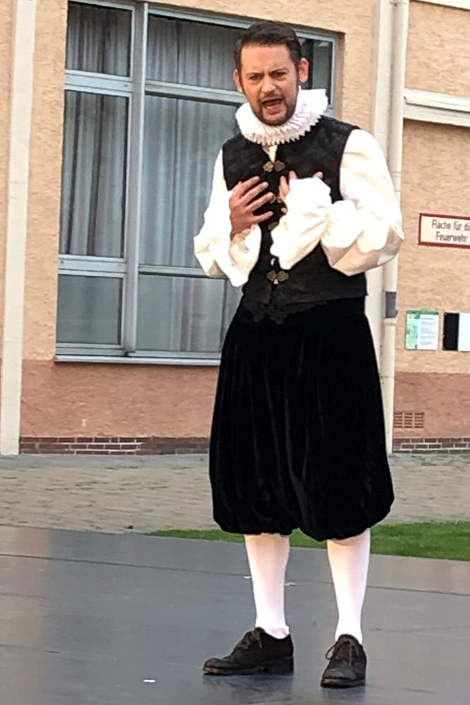Shakespeare (Johannes Schmidt) hadert mit seiner Schreibblockade in der auferlegten Zwangs-Quarantäne: Weil Anfang des 17. Jahrhunderts die Pest in London wütete, waren alle Theater geschlossen.