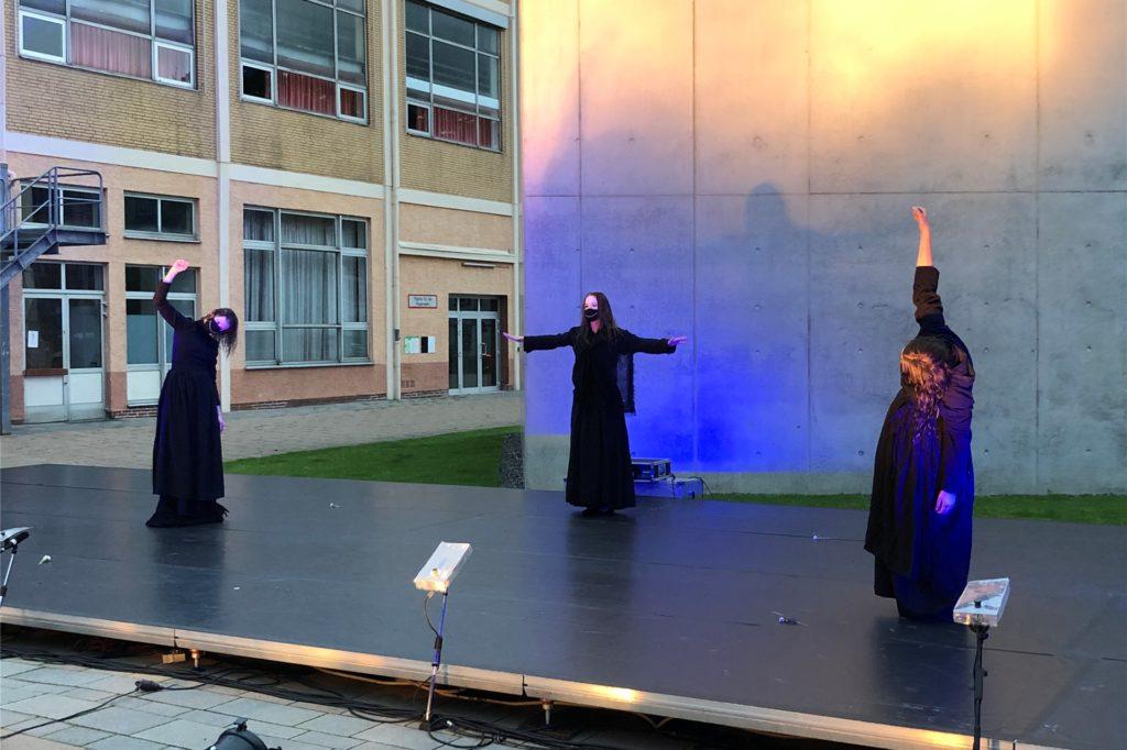 """""""Fair is foul and foul is fair"""": Die drei Hexen, die Macbeth die Krone versprechen tragen Schutzmasken."""