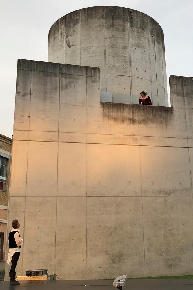Romeo und Julia in einer ungewohnten Version der legendären Balkonszene: Der Turrell-Turm dient hier als Balkon.