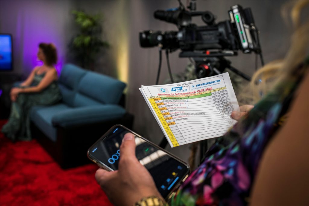 Mit Ablaufkarten und gestoppter Zeit wird der reibungslose Ablauf der Sendung gewährleistet.