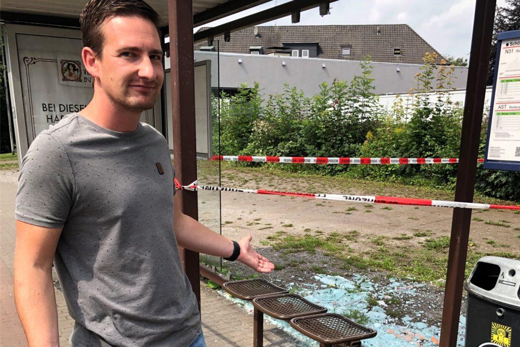 Sascha Enders plädiert für schusssicheres Material bei einer Reparatur der Bushaltestellen.