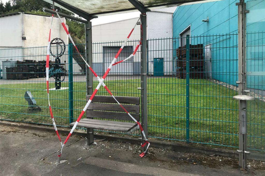Insgesamt wurden Glasscherben an 13 Bushaltestelle zerstört.