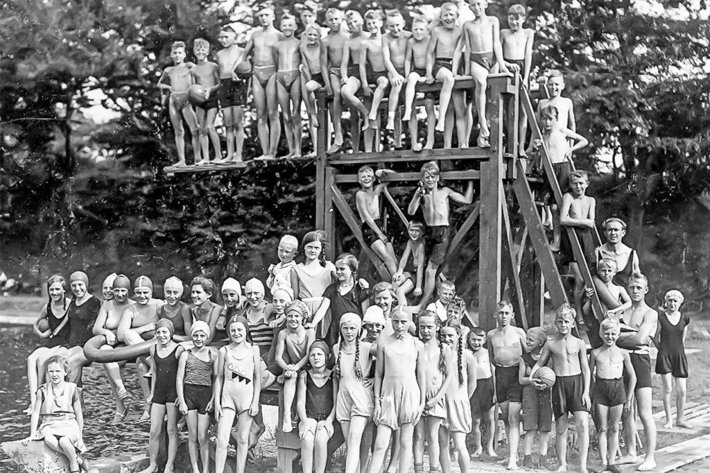 Gruppenfoto am Sprungturm: Nach heutigen Maßstäben wäre das Wasser für ein Dreimeterbrett gar nicht tief genug gewesen.