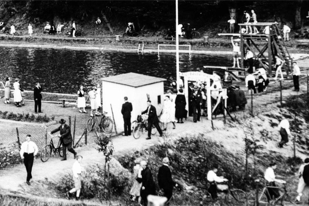 In der ersten Frei-Badeanstalt in Dellwig schwammen die Bürgerinnen und Bürger bis in die 60er-Jahre hinein im Wasser des Dellwiger Bachs.