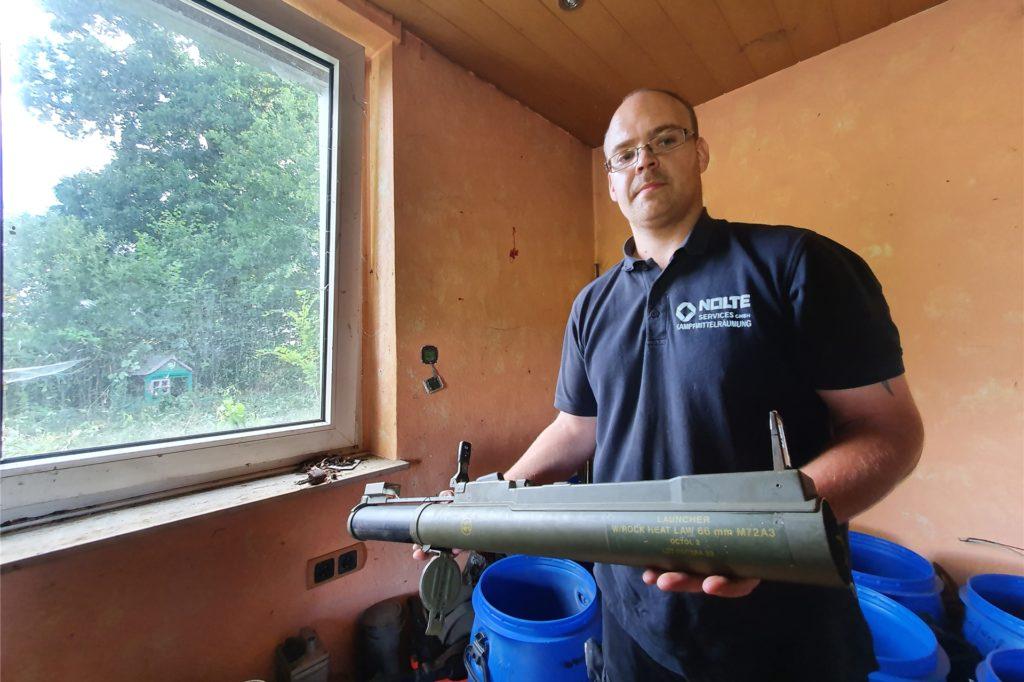Jonas Schramek vom Kampfmittelräumdienst Nolte hat unter anderem Teile einer Panzerfaust sichergestellt.