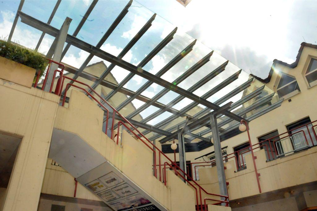 Es tut sich noch mehr im City-Center: Die Freitreppe im Innenhof erhielt schon ein gläsernes Dach als Regenschutz. Eine Glaswand zur Seite soll noch folgen.