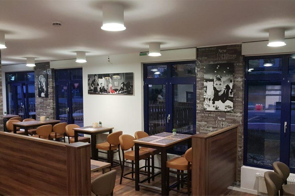 Der Innenbereich des Diner Route 66 in Werne ist in dezenten Grau-, Beige- und Brauntönen gehalten.