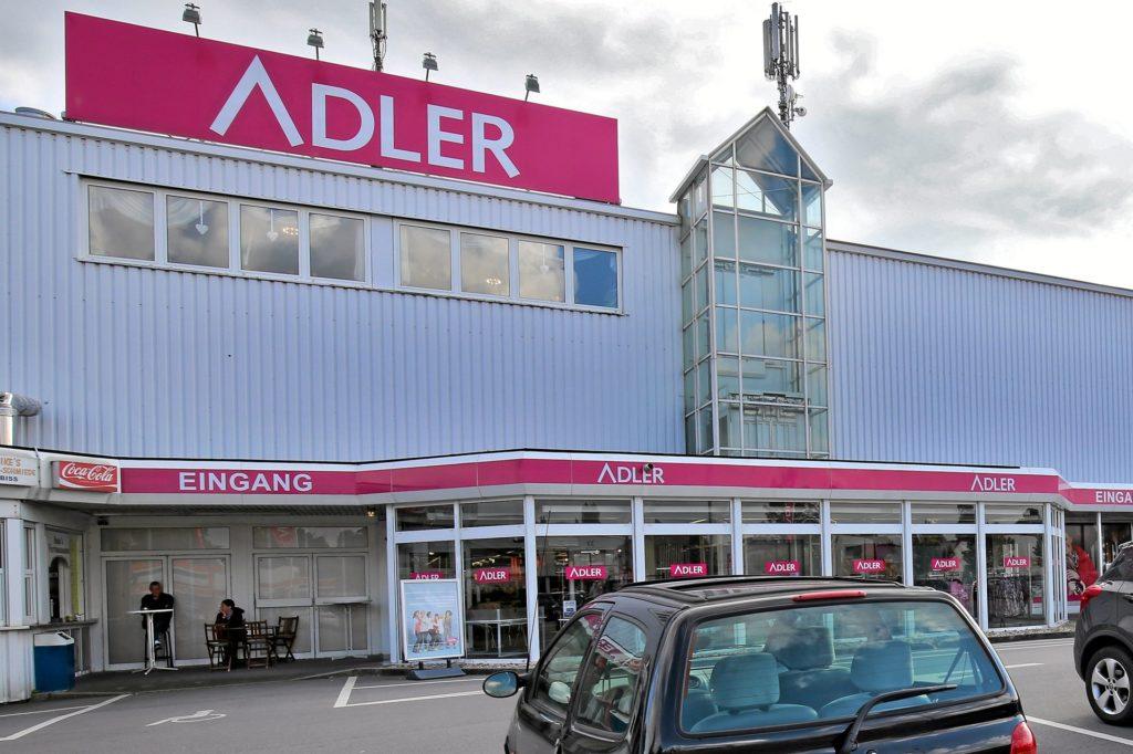 Adler-Modemarkt an der Wilhelmstraße 8 in Holzwickede: Verdächtige im Vorraum gesichtet.