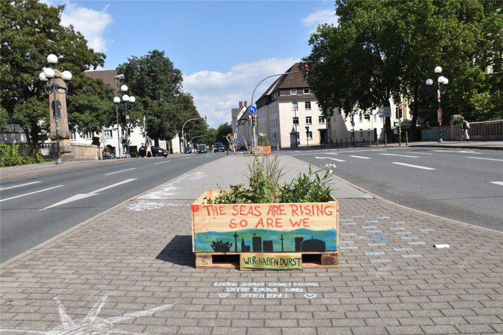 Die Möllerbrücke als Schauplatz der Umweltgruppe Extinction Rebellion in Dortmund. Auch nach dem Wochenende erinnern die Pflanzenkästen an die Brücken-Blockade.