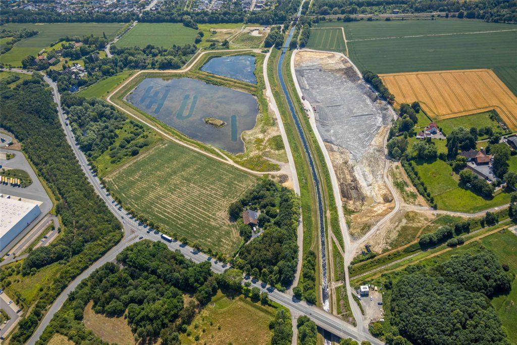 Die Hochwasserrückhaltebecken in Ellinghausen sind noch in Bau. Hier begleitet die Emscher viel Natur.