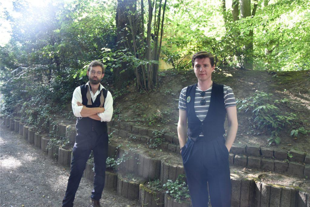 Die beiden Bandmitglieder Rasmus Yevsyk (l.) und Cristoffer Casanady im Backstagebereich der Freilichtbühne.