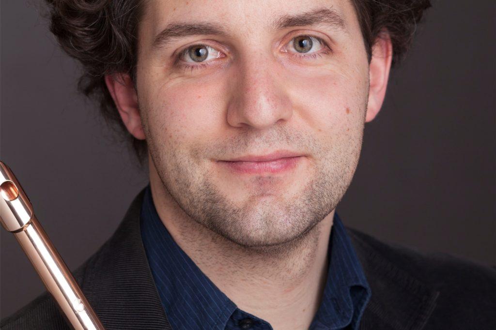 Der Virtuose Pirmin Grehl unterstützt die Philharmoniker bei dem Konzert an der Flöte.