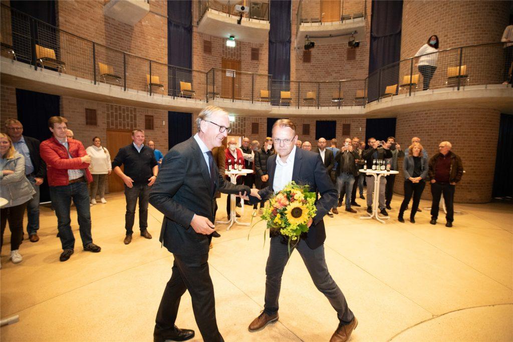 Der unterlegene CDU-Kandsidat Michael Zolda (l.) gratulierte dem künftigen Selmer Bürgermeister Thomas Orlowski zu dessen Wahlsieg.