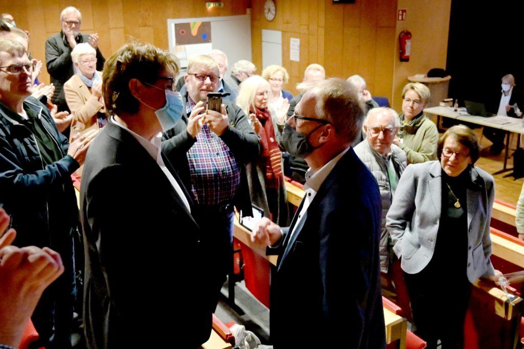 Heinz Günter Freck war der erste, der Fröndenbergs neuer Bürgermeisterin Sabina Müller zur erfolgreichen Stichwahl gratulierte.