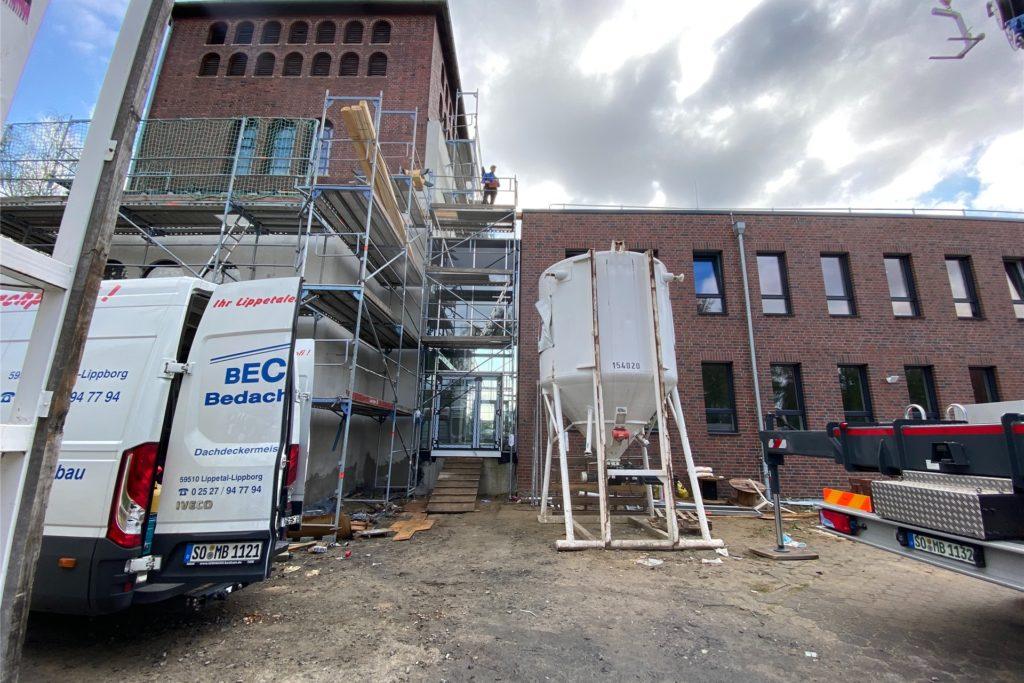 Rechts ist auf der Fläche des alten Kirchenschiffs von St. Konrad das Bürogebäude entstanden. Links im Glockenturm laufen die letzten Arbeiten für den Gottesdienstraum.