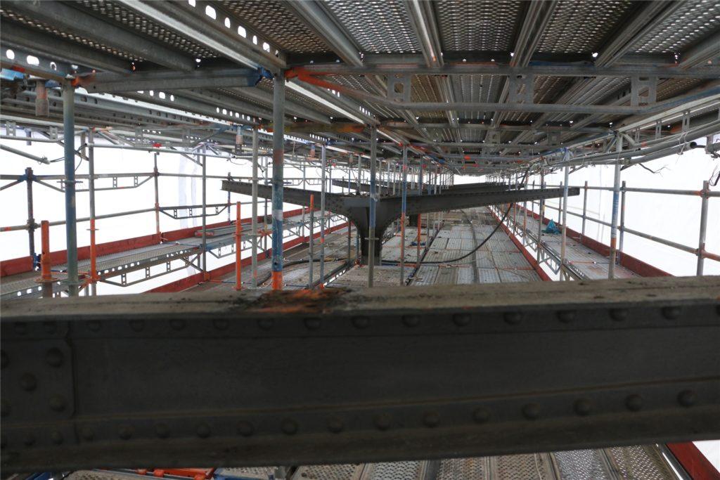 Blicke hinein in das Arbeitszelt: Auf der ersten Etage des Arbeitsgerüsts steht man direkt vor den großen Trägern, die wie Walflossen aussehen. Diese sieht man ansonsten nur aus der Froschperspektive.