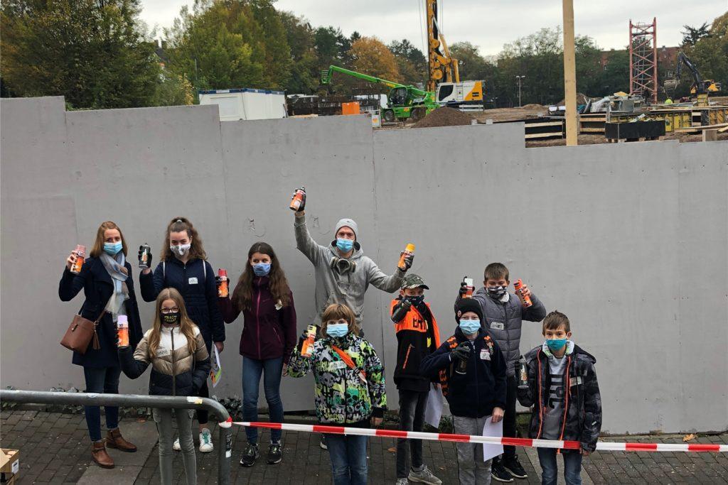 Der Bauzaun wird bunt: Zusammen mit dem Graffiti-Künstler Axel Ketz verschönerten am Freitag 15 Kinder und Jugendliche den tristen Zaun rund um das Gelände der ehemaligen Mühle Bremme.