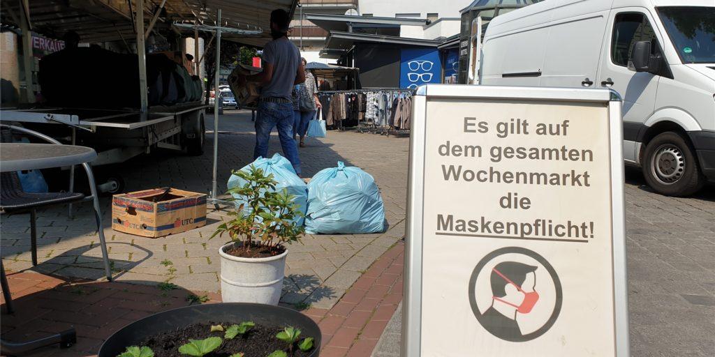 Auf dem gesamten Wochenmarkt in Kamen gilt die Maskenpflicht, aber auch ohne Markt laufen viele Kamener mit Maske durch die Fußgängerzone. Sie sind in diesen Zeiten sehr vorsichtig – und viele treffen auch nur noch ihre Familien und engsten Freunde.