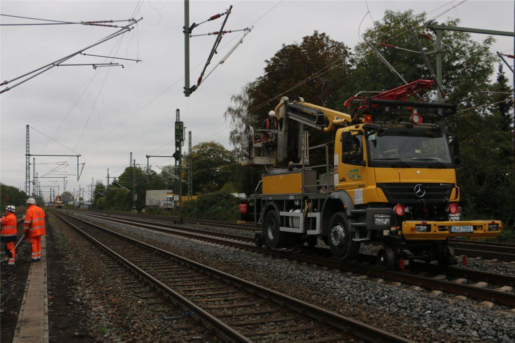 Spezialfahrzeuge laufen auf den Schienen nach, um die zuvor aufgezogenen Oberleitungen zu spannen. Später sind 15 Kilovolt (KV) Spannung auf den Leitungen geschaltet. Die als Bahnstrom bezeichnete Leistung hat 15.000 Volt.