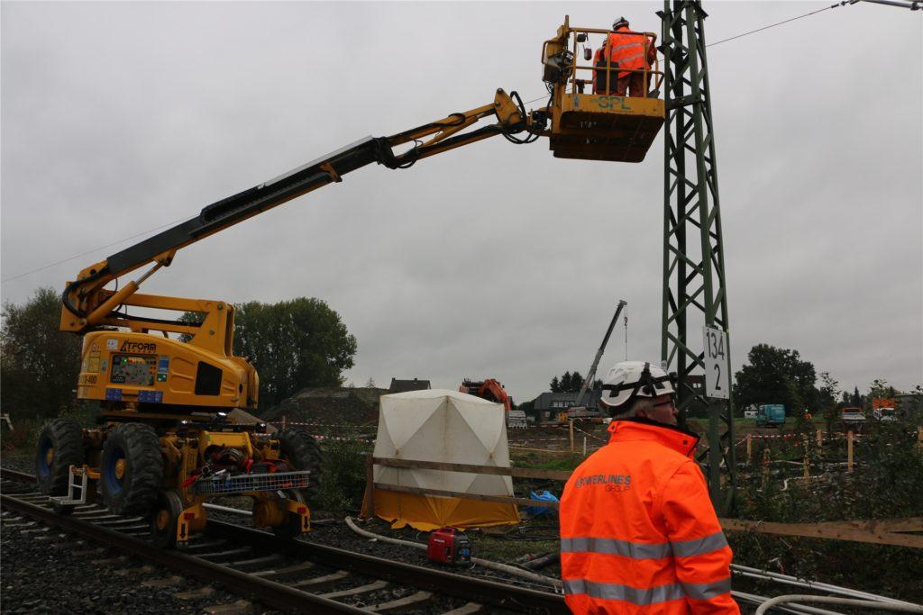Mit Spezialfahrzeugen, die auf Schienen fahren, werden die Tragseile und Fahrdrähte über der Bahnstrecke Dortmund-Hamm verspannt. Dazu sind zuvor neue Masten aufgestellt worden.