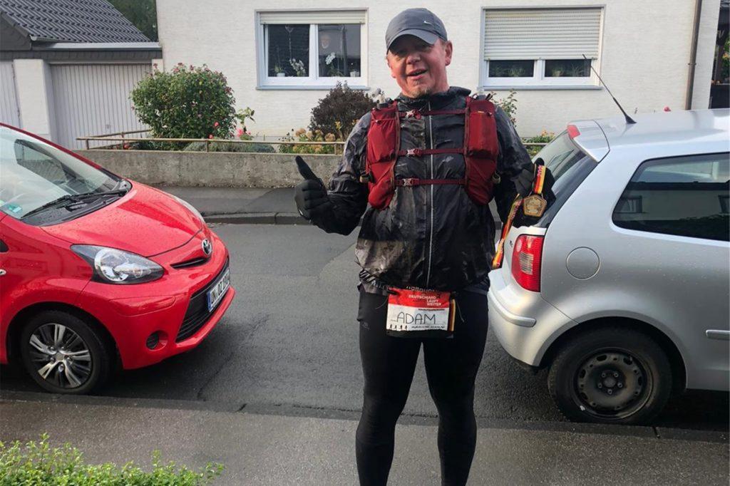 Lächeln trotz körperlicher Höchstleistungen. Fabian Adam vom VfL Fröndenberg musste einen Ultralauf ganz alleine hinter sich bringen.