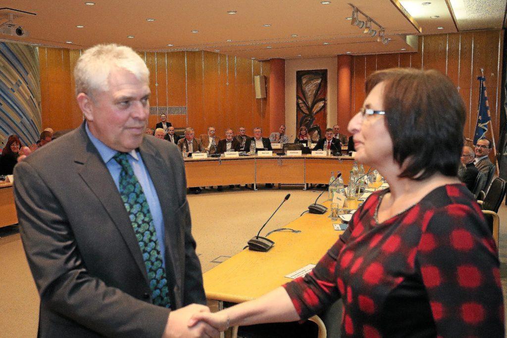 Inzwischen drückt Tetzner sogar Verständnis für die Probleme aus, die der frühere SPD-Fraktionschef Volker König (im Bild mit Bärbel Risadelli) erkennbar mit den Mitgliedern der künftigen WfU-Fraktion hatte.