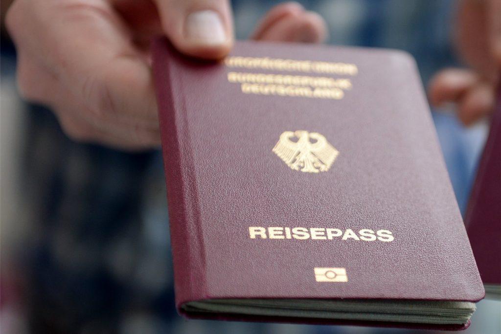 Den Reisepass gibt es nach wie vor nur, wenn man ihn persönlich beantragt. Eine Vollmacht, mit der jemand anderes den Pass abholen darf, kann man jetzt aber online im Serviceportal der Stadt Unna ausfüllen.