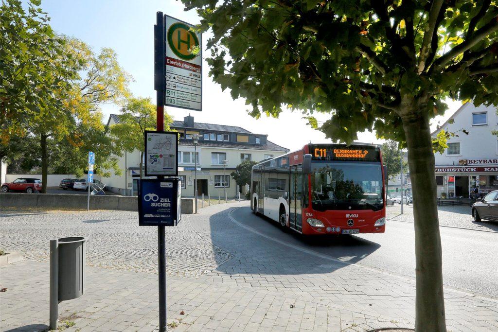 Wenn an Bus an der Ecke Präsidentenstraße/Ebertstraße in Bergkamen hält, kommt der Verkehr dort zum Erliegen.