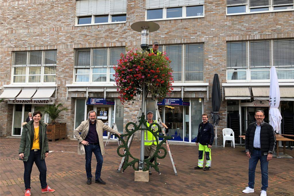In den kommenden Tagen verschwinden die Blumenkübel von Unnas Straßenlaternen. Sie machen Platz für die Weihnachtssterne, die ab dem 2. November aufgehangen werden.
