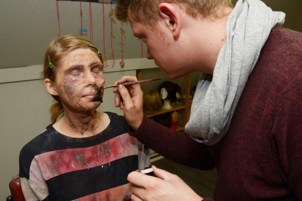 Marvin Müller von der Freilichtbühne schminkt RN-Volontärin Sylva Witzig zum Zombie.