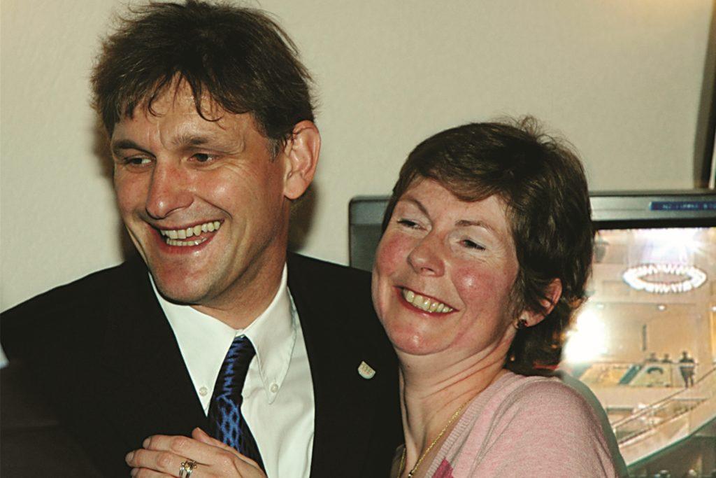 Das Siegerlächeln 2004: Als Michael Makiolla mit 62,9 Prozent der Stimmen zum Landrat des Kreises Unna gewählt worden war, freute sich Ehefrau Gabi mit ihm. Bis heute musste sie oft zurückstecken, jetzt gehört die Zeit ihres Ehemannes wieder ganz ihr.