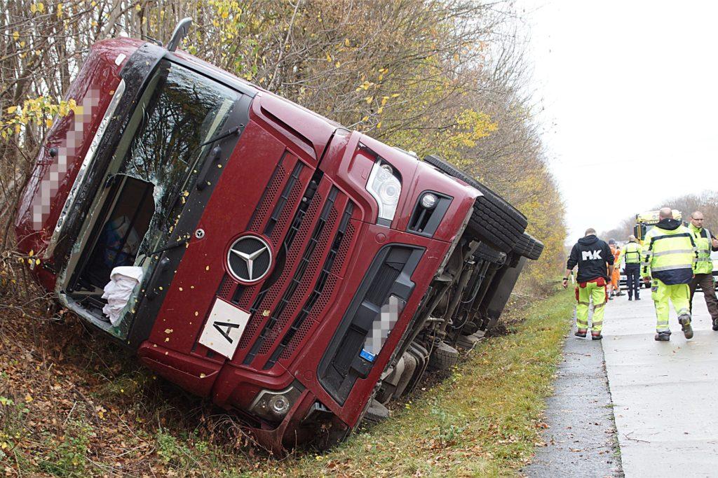 Auslösend für den Stau auf der A44 bei Unna, an dessen Ende es zum tödlichen Unfall kam, war die Havarie dieses Lastwagens zwei Stunden zu vor. Der Fahrer des Lastzuges musste aus seinem Fahrzeug befreit werden, ist aber laut Polizei nicht verletzt worden.