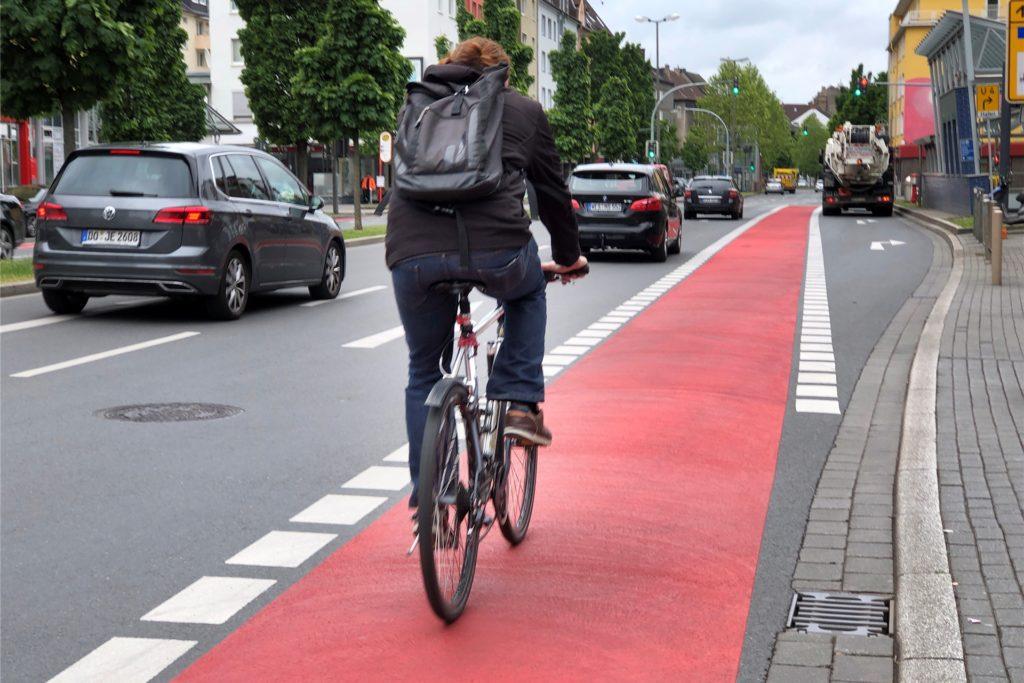Der rote Radweg auf der Rheinischen Straße räumt Radfahrern mehr Platz ein.