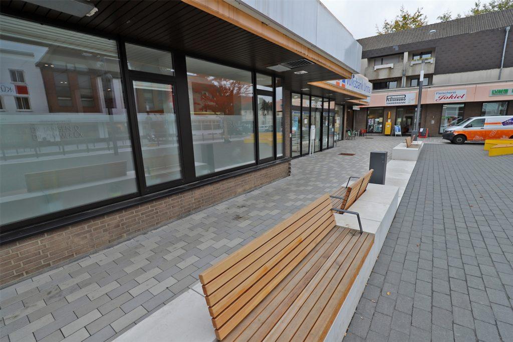 Die neuen Bänke in der Neuen Mitte: Manch ein Bürger fragt sich, warum eine der Sitzbänke (hinten im Bild) direkt auf das Schaufenster gerichtet ist.