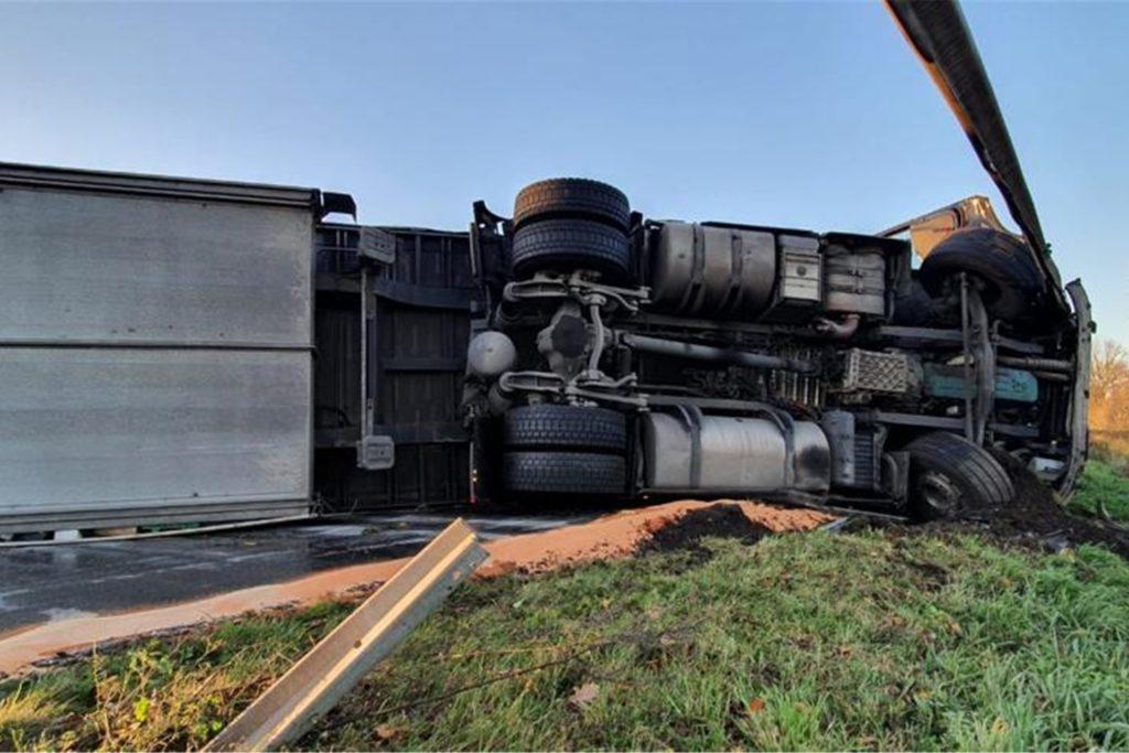 Der LKW hat die Leitplanke durchbrochen und muss geborgen werden.